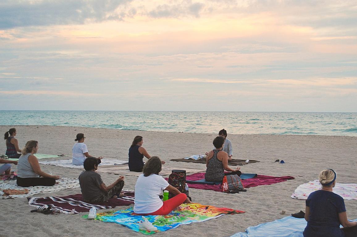 Entspannung am Strand: Yoga
